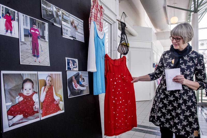 3.-4. luokkalaiset tekivät näyttelyyn oman vauvakuvansa vaatteesta uuden version. Toiminnanjohtaja Tuula Puoskari esittelee yhtä luomuksista.