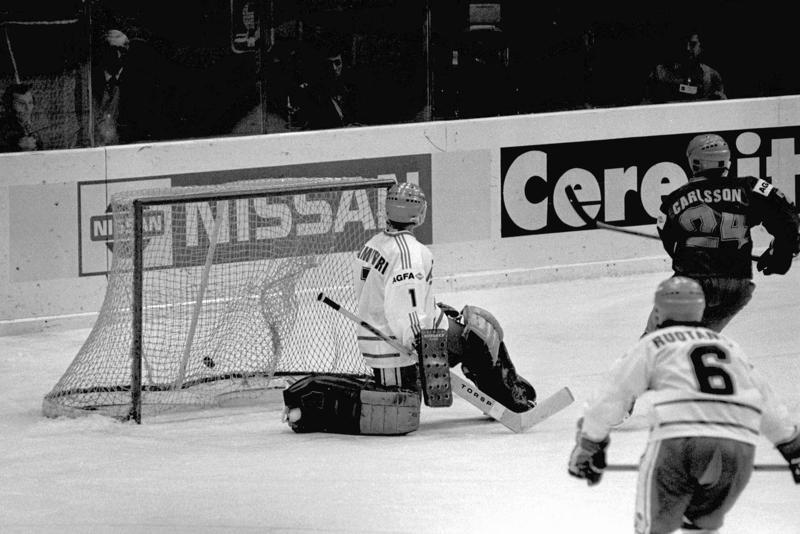 Se on siellä. Anders 'Masken' Carlsson on iskeynyt kiekon Hannu Kamppurin taakse. Arto Ruotanen seuraa aitiopaikalta.
