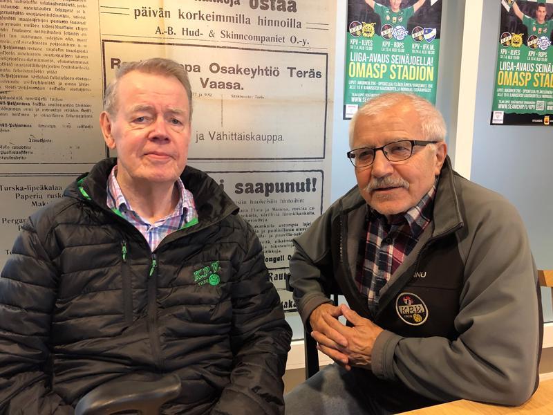 Reino Porko ja Hannu Helasterä ovat mainostaneet autoilemalla KPV:n kotipelejä.