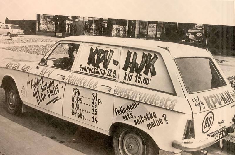Hannu Helasterän auto ja mainos ottelusta KPV-HJK, joka lopulta ratkaisi mestaruuden.