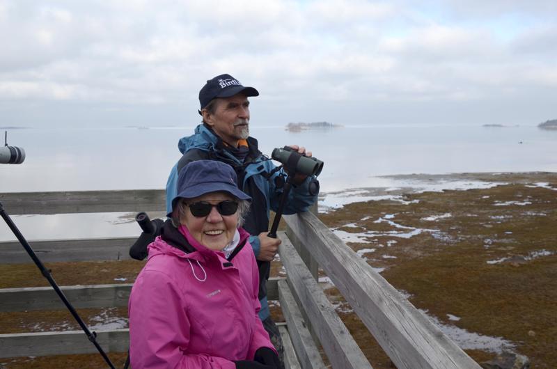 Maria Nygård tuli hakemaan lisäoppia lintujen tunnistamiseen Juhani Hannilalta.