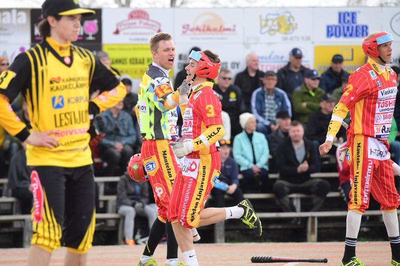 Aatu Saastamoinen toi Kuulan toisen juoksun avausjaksolla. Ylävitosta heittämässä Kuulan ensimmäisen juoksun tuonut Jan Hankala.