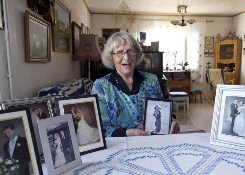 Elli iloitsee kaikista lapsistaan, lastenlapsistaan ja lastenlastenlapsistaan. Sylissä kuva Marista, joka on noin 50. lapsenlapsi.