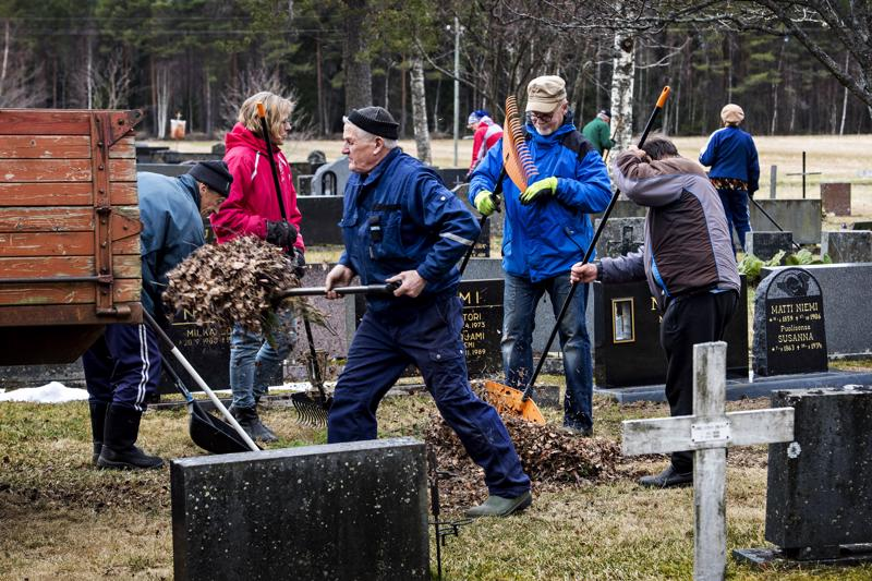 Viime tiistaina Lohtajalla pidettyihin hautuumaatalkoihin osallistui jopa 40 innokasta talkoolaista.