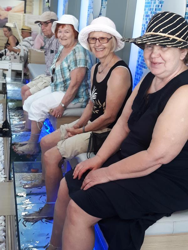 Palveluja oli tarjolla valittaviksi asti. Anna Astahova, Toini Mannila, Ulla Taskinen ja Jaakko Taskinen kokeilivat kalojen tekemää jalkahoitoa.