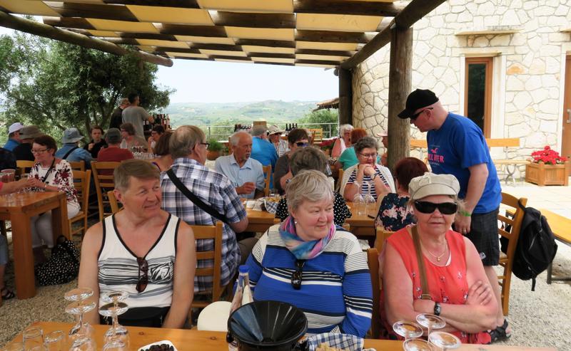 Kreetan makuja-matkalla vierailtiin muun muassa oliiviöljytehtaassa ja viinitilalla, josta kuva.