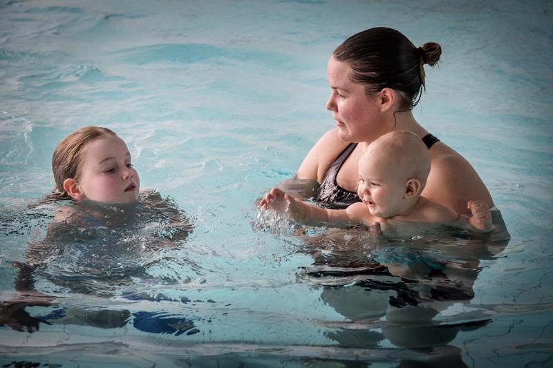 Marjo Sinikallio halusi miehensä kanssa taata lapsilleen hyvän uimataidon. Niinpä seitsemänvuotias Ida Salmenoja ja puolivuotias Isak Salmenoja ovat saaneet aloittaa uimauransa jo kolmen kuukauden ikäisinä vauvauinnissa.