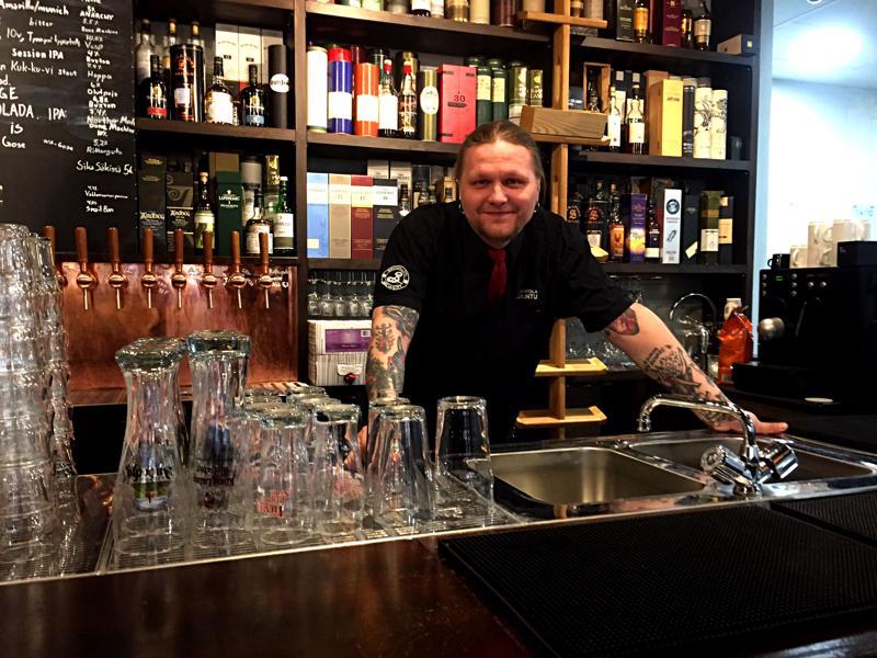 Atte Erkkilä kertoo, että olutravintoloitsijan leipä tehdään arki-iltoina, kun pubia pyörittämään riittää yksi tai kaksi kyypparia. Viikonloppuina on asiakkaita mutta niin on henkilökuntaakin.