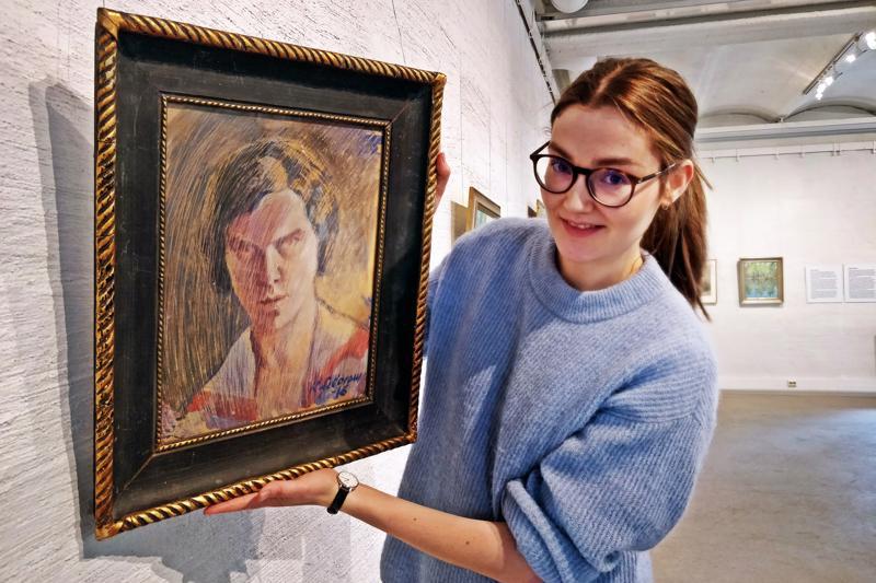 Sara Johansson, v.t. museoamanuenssi, ja Karin Sidorowin omakuva vuodelta 1916 (sekatekniikka).