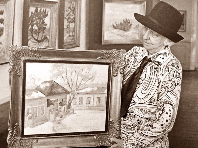 Karin Sidorow kuvattuna vuonna 1974, jolloin hän piti 83-vuotiaana harvinaisen näyttelyn kaupunginmuseolla Malmin talossa.