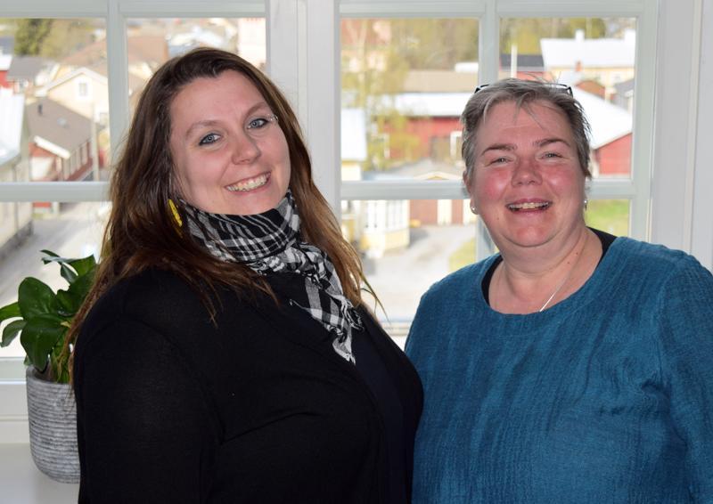 Linda Lindroosin työpaikan ikkunasta avautuu mainio näkymä Skatan kattojen ylle. Claire Witick-Mäkelän kanssa he ovat aktiivisia kaupunginosayhdistyksen jäseniä.