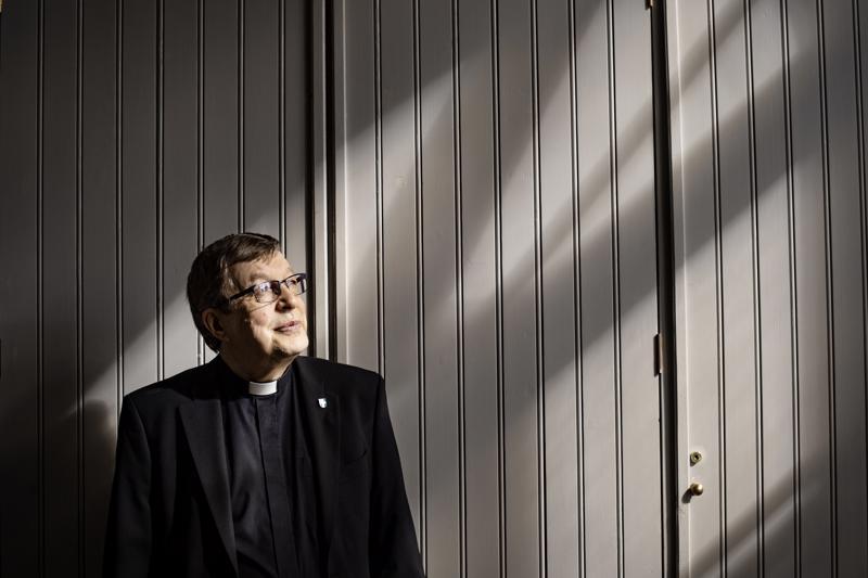 Valon puolella. Raimo Aspfors tutussa Kaustisen kirkossa.