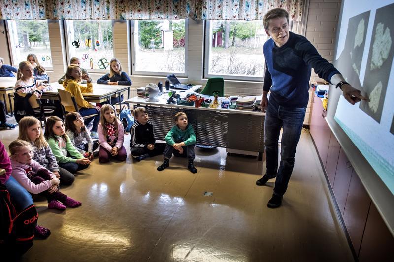 Museolehtori Lauri Skantsi vieraili maanantaina Märsylän koululla kertomassa yhteenvetoa Kivinevan arkeologisista kaivauksista, joihin oppilaat osallistuivat.