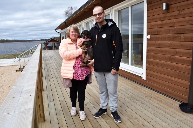 Päivi Viitasalo ja Joni Humaloja haluavat kehittää Kylpyläsaaren toimintaa ajatuksella ja kysynnän mukaan. Kahvila pyritään saamaan auki mahdollisimman pian. Perheen uutta työmaata oli maanantaina tarkastamassa myös Martta-koira.