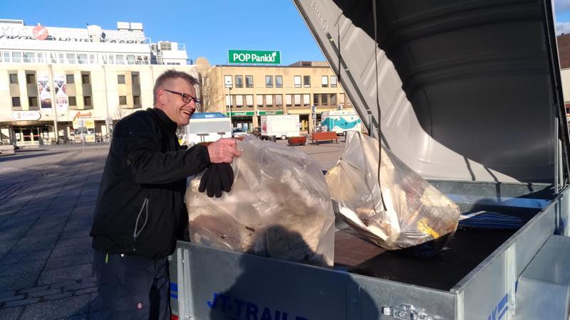 Hannu Torppa toi kasan roskia Silkkitieltä.