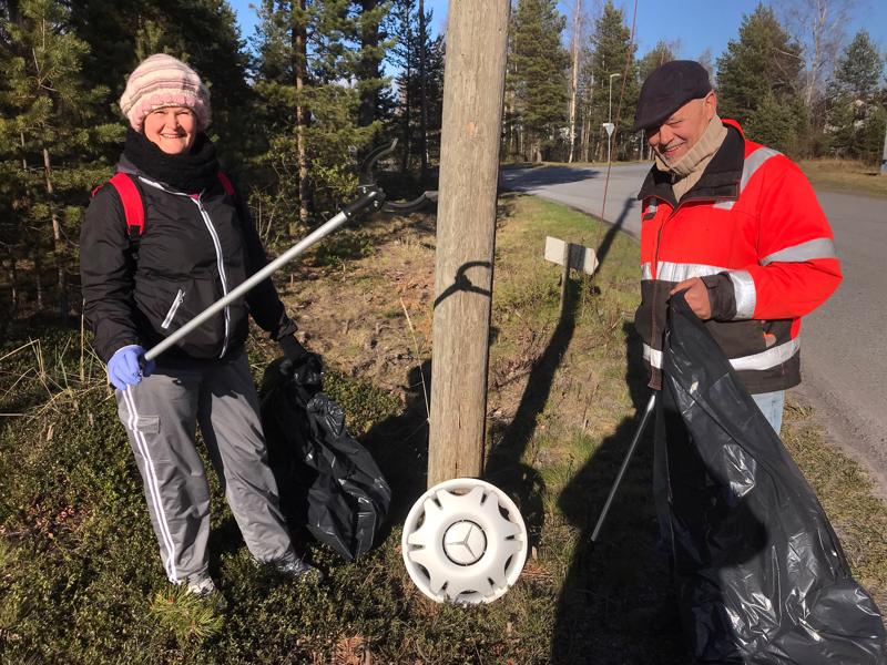 Janne Niemi ja Lilja Pigg noukkivat roskia Ykspihlajassa.