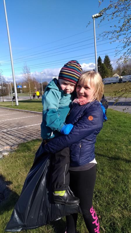 Jasmin Lukkarila keräsi roskia poikansa Eemelin kanssa.