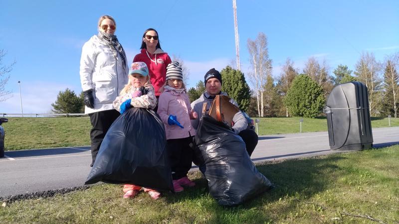 Ilona, Sofia ja Joakim Taluksen sekä Henna ja Iiris Ketolan kaksi jätesäkkiä täyttyivät parissakymmenessä minuutissa.