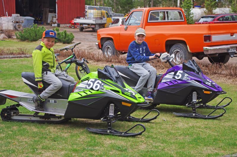 Jaakko ja Niilo Kujalalla on kummallakin oma moottorikelkka.
