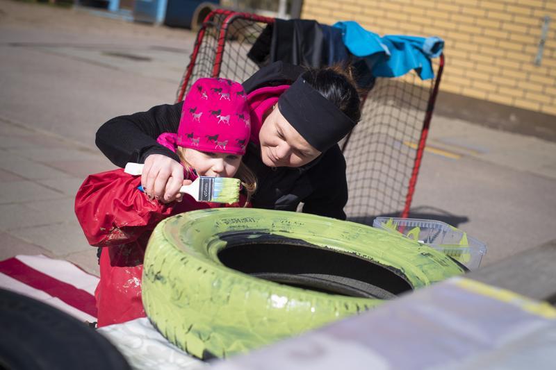 Kiia Sarja maalasi Suvi Hakulan avustuksella yhtä sammakossa käytettävistä renkaista vihreäksi.