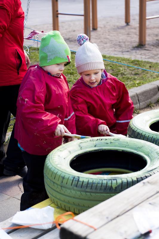 Yhdessä työ sujuu nopeammin. Miska Laakkonen ja Olivia Aitto-oja maalausvuorossa asiaankuuluvat suojaessut päällä.