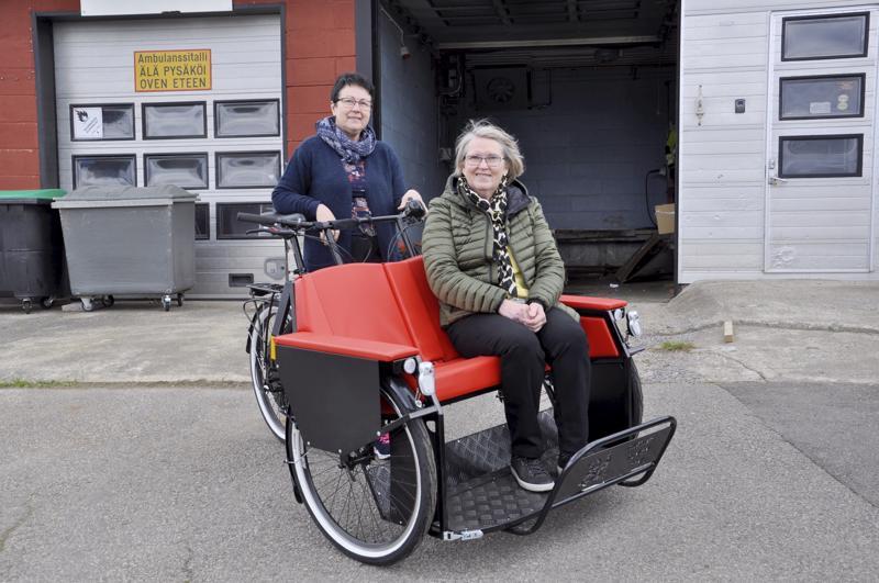 Liikkeelle! Tohottarien Pirkko Hautala ja Kaija Nikunen kehottavat lamppilaisia pyöräluotseiksi.