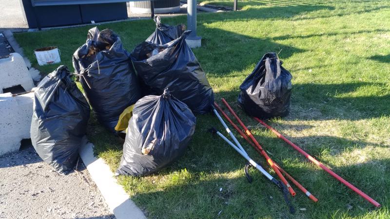 Reilun tunnin siivouksen jälkeen täyttyi näin monta jätesäkkiä Heinolassa.
