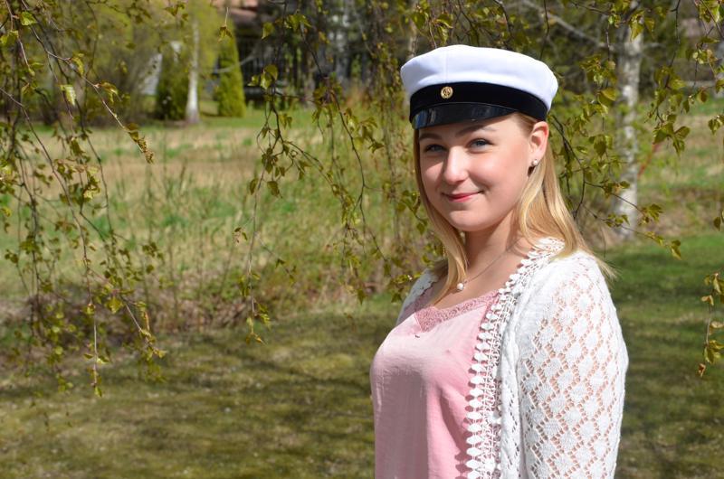 Iida-Maria Hanhikoski valmistui ylioppilaaksi Kaustisen musiikkilukiosta.