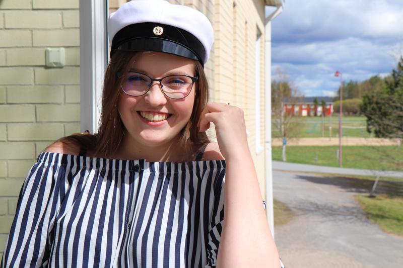 Jasmin Alangolla oli hymy herkässä, kun hän sai tietää pääsevänsä ylioppilaaksi.