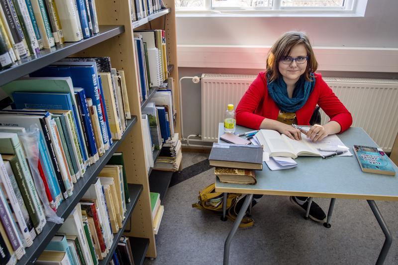 Lotta Liedes ei ole käynyt korkeakoulujen valmennuskursseja, vaan hän opiskelee itsenäisesti pääsykokeisiin.