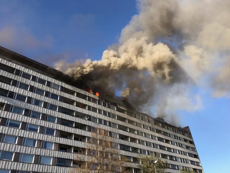 Keskuskartanona tunnettu kerrostalo Porin keskustassa palaa edelleen. Kymmenkerroksisen talonullakko ja kattorakenteet olivat alkuillasta ilmiliekeissä. Ylimmässä kerroksessa on lähinnä asuntoja.