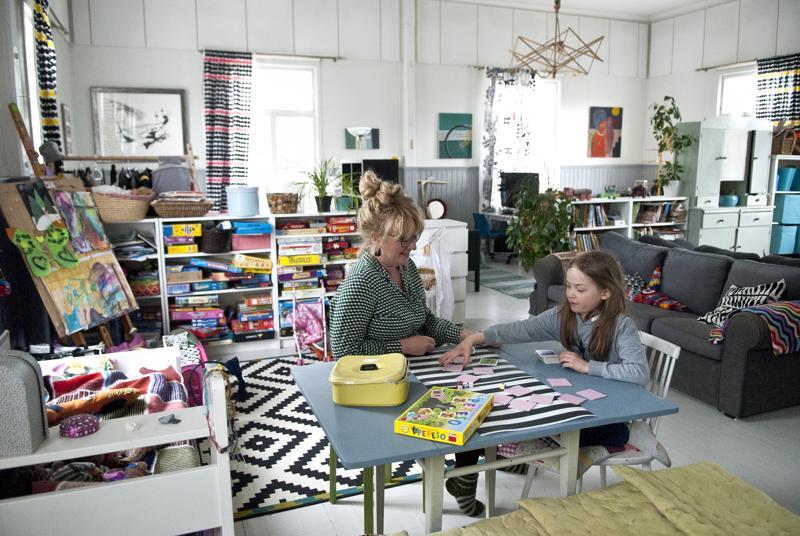 –Harvinaista kotonamme on se, että viisi lapsista jakaa yhden huoneen, kertoo Minttu Nikula. Pöydän ääressä pelailemassa myös Miisa.