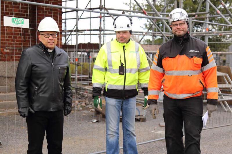 Kirkkoherra Kari Lauri, paikallisvalvoja Marko Pakkala A-insinööreistä ja Juha Sippala Raahen rakennuspalveluista kertovat, että purkuvaihe on edennyt suunnitelmien mukaisesti.