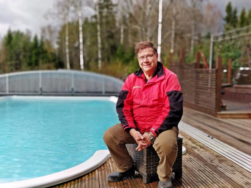 Uima-allas on ahkerassa käytössä keväästä syksyyn.  Leif Blomqvist laski aikoinaan, että lämmitettynäkin suuri allas tulee mökkiä puolta halvemmaksi.