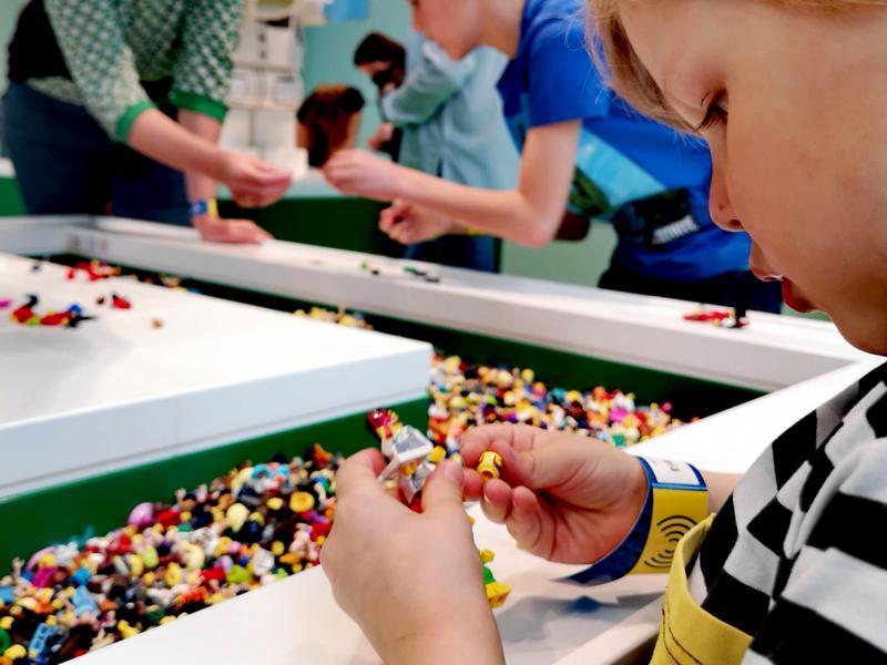 Lego Housessa lasten luovuus pääsee kukoistamaan. Legoilla rakentamassa Touko Mäkelä.