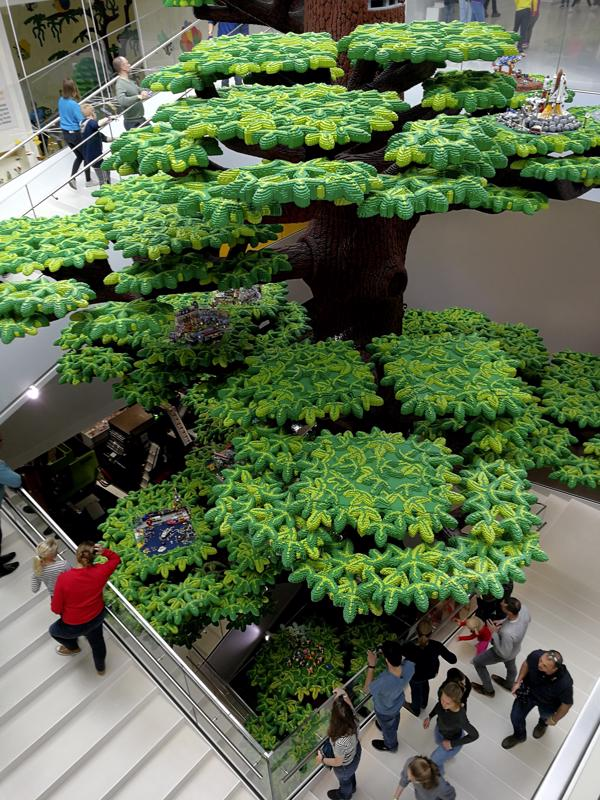 """Lego Housen keskellä """"kasvaa"""" liki 16-metrinen puu, jonka rakentamiseen on käytetty 6 316 611 legopalikkaa."""