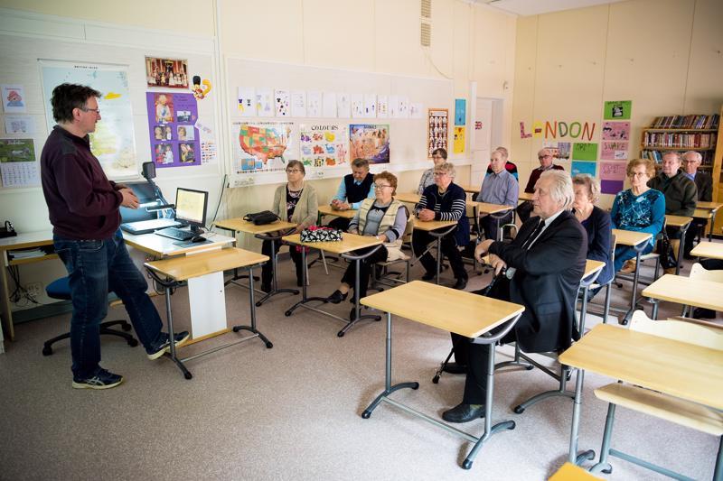 Rehtori Heikki Syrjä kertoi koulunpenkille, tutuun luokkaan palanneille entisille oppilaille, millainen uudesta Junttilan koulusta tulee.