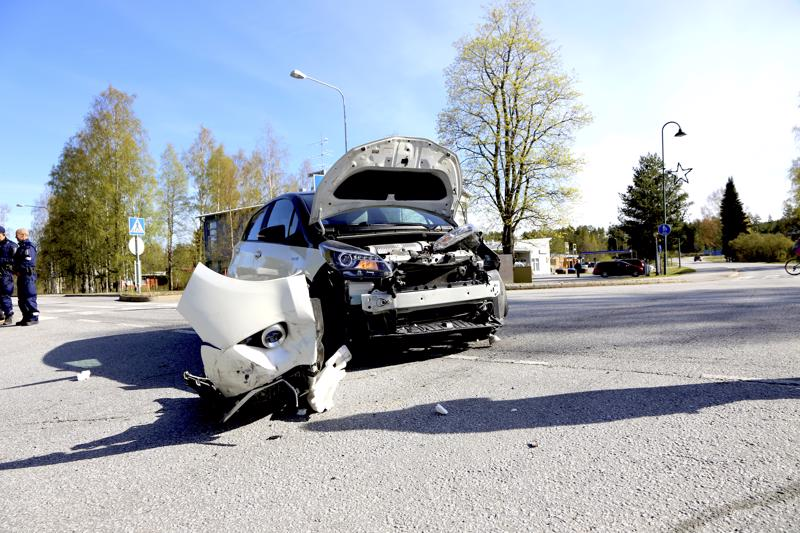 Henkilöauto vaurioitui Vetelissä keskustan taajama-alueella tapahtuneessa kolarissa pahasti.