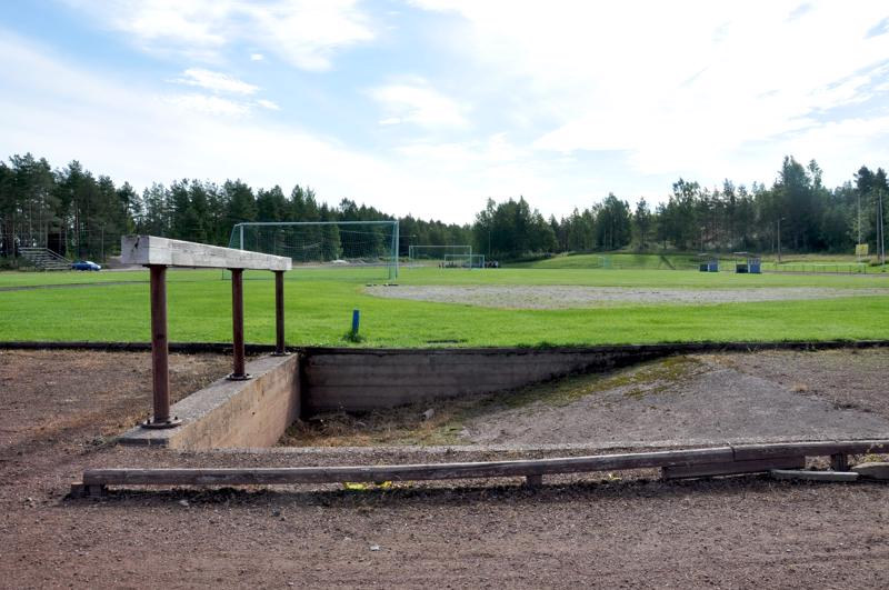 Kaustisen vuonna 1978 valmistuneen urheilukentän suorituspaikat ovat rapistuneet, mutta viheriö on hyvässä kunnossa ja erityisesti jalkapalloilijoiden käytössä.