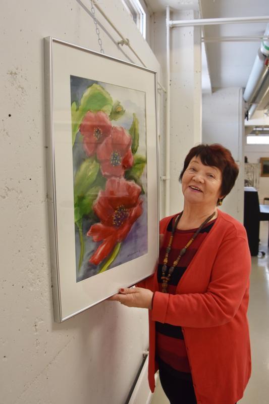 Uutta ja vanhaa. Kannuksesta pari vuotta sitten Nivalaan muuttaneen Mailis Sandholmin näyttelyssä on esillä muun muassa Unikot -akvarellitaulu vuodelta 2016 ja Omena-öljyvärityö vuodelta 1984.