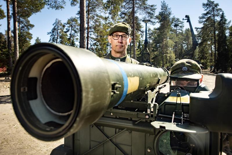 Eversti Sami-Antti Takamaa johtaa Lohtajan ilmapuolustusharjoitusta. Etualalla ilmatorjuntaohjusjärjestelmä ITO05M, jota käytti oppilaskorpraali Jake Ollikainen.