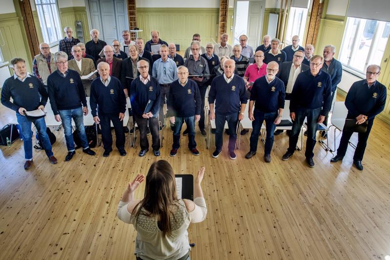 Kokkolan Lauluveikkojen Seniorit ja Kälviän Mieslaulajat harjoittelivat tällä viikolla eilistä yhteiskonserttia varten.