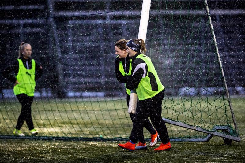 IK Myranin naisten jalkapalloliigaan noussut joukkue valmistautumassa kauteen Kokkolan Santahaassa huhtikuun alussa. Arktiset olosuhteet, lumisade ja muutama lämpöaste eivät estäneet pelaajia harjoittelemasta. Maalia siirtämässä kapteeni, keskikenttäpelaaja Annika Grundvall sekä hyökkääjä Sanna Ög.