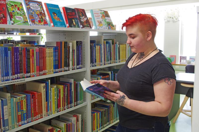 Linda Vedenpää lukee itse ja houkuttelee muitakin lukemaan.