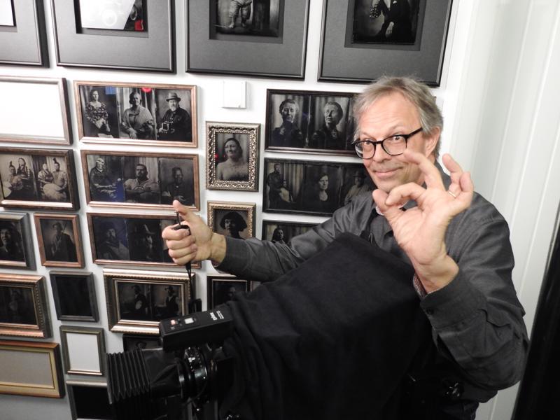 Valokuvaajamestari Pekka Homasta kiehtovat filmikuvaustakin vanhemmat tekniikat. Viime aikoina hän on keskittynyt lasinegatiivikuvaukseen.