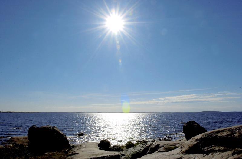 Aurinko paistaa tänään, mutta huomiseksi on luvattu sadekuuroja.  Arkistokuva.