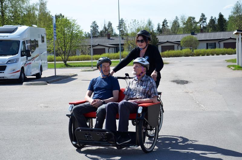 Riksapyörään on olemassa myös erillinen tuulisuoja kyytiläisille. Kuskina Marita Öljymäki-Maarala kyydissään Markku Jylkkä ja Markku Herranen.