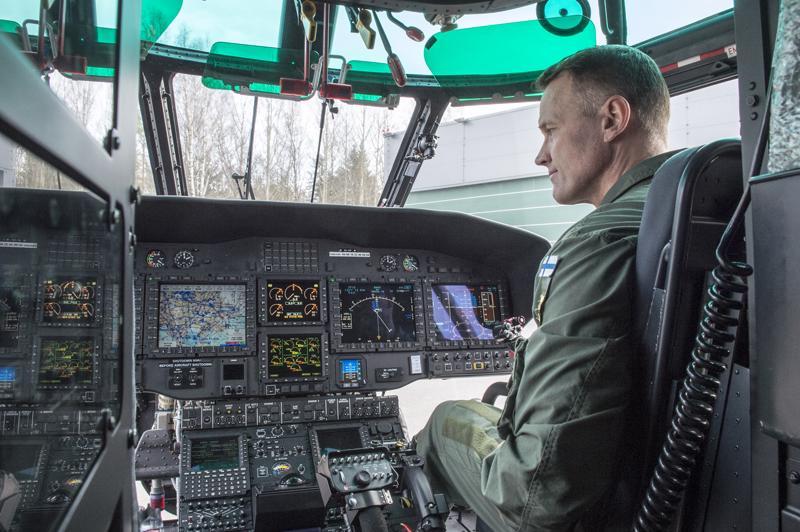 Suomi on saanut ja saa EU:lta monenlaista suurta ja pientä rahoitusta. Rajavartiolaitos sai Euroopan ulkorajarahastosta 11,6 miljoonaa euroa pelastushelikopteri Super Puman hankintaan. Ohjaamossa on lentäjä Mikko Kallio.