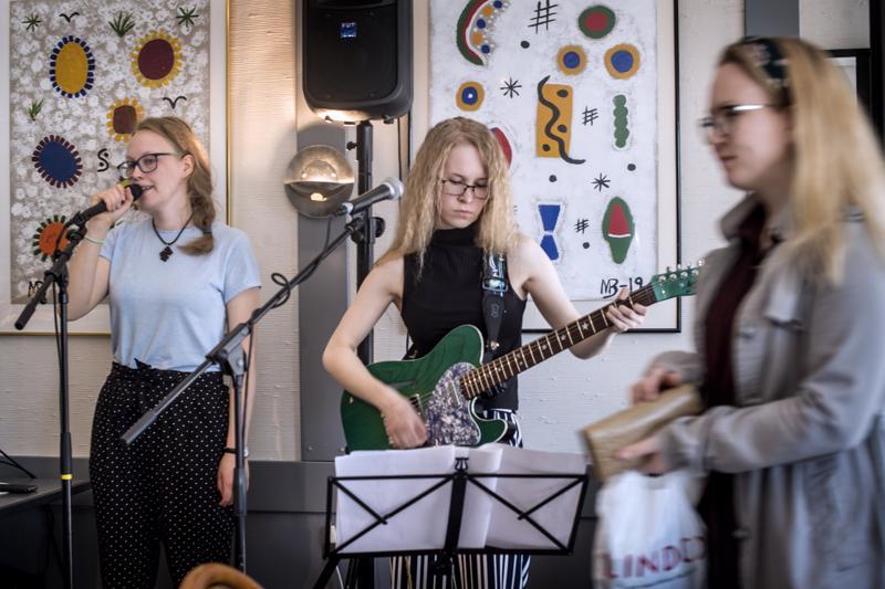 Laulaja Suvi Ahlberg ja kitaristi Milla Raudaskoski esittivät duona lauluja rakkaudesta Cafe Stiinan asiakkaille.