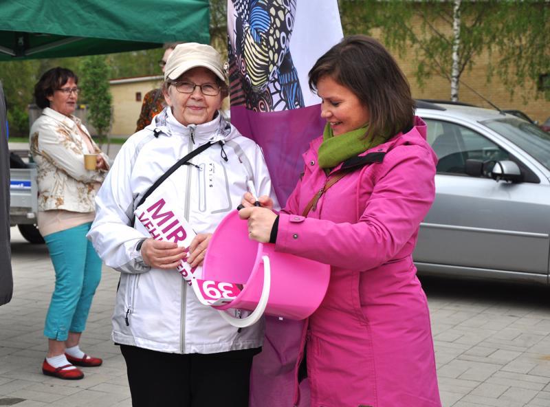 Maija Rönkkö tapasi Mirja Vehkaperän Haapajärven torilla ja sai kotiin viemisiksi vaaliämpärin.